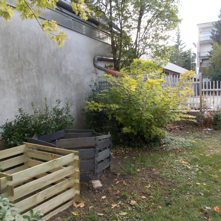Komposztláda a kert ékessége